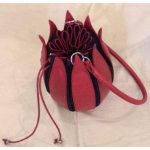 Tasche aus Leder in Tulpenform